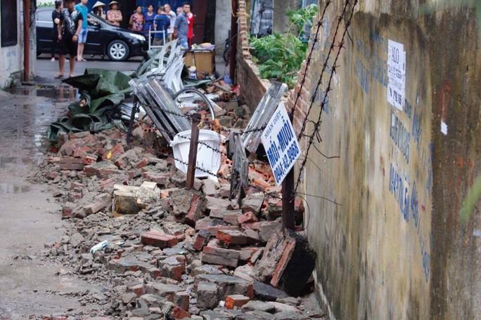 Bức tường nhà trường sập sau mưa đè chết bé trai - Ảnh 2.