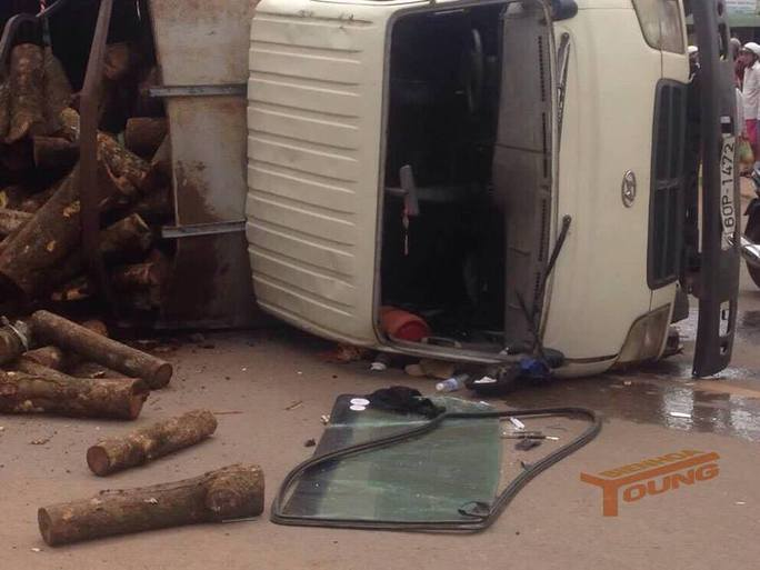 Lật xe tải, một phụ xe bị đè chết  - Ảnh 1.