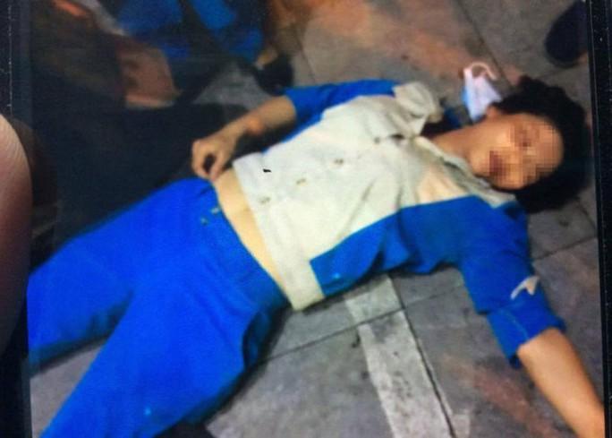 Một phụ nữ đánh ngất công nhân vệ sinh vì bị nhắc nhở đổ rác - Ảnh 1.