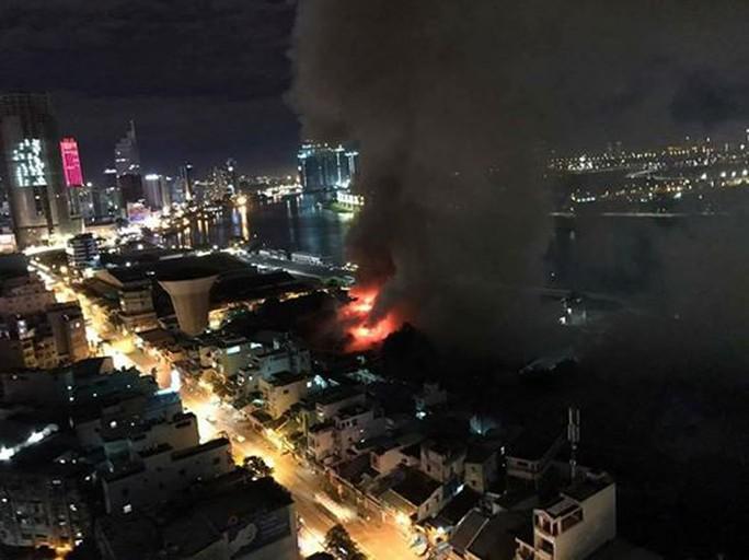 Cháy lớn trên giao lộ Hoàng Diệu- Nguyễn Tất Thành, quận 4 - Ảnh 2.