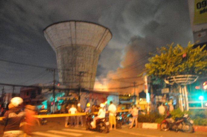 Cháy lớn trên giao lộ Hoàng Diệu- Nguyễn Tất Thành, quận 4 - Ảnh 5.