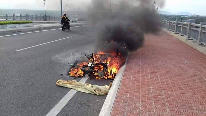 2 vợ chồng bất lực đứng nhìn xe máy bị cháy trơ khung - Ảnh 1.