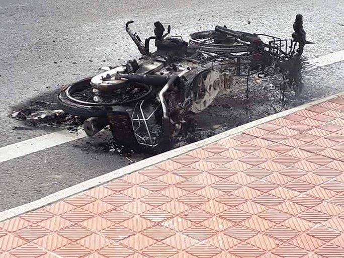 2 vợ chồng bất lực đứng nhìn xe máy bị cháy trơ khung - Ảnh 2.