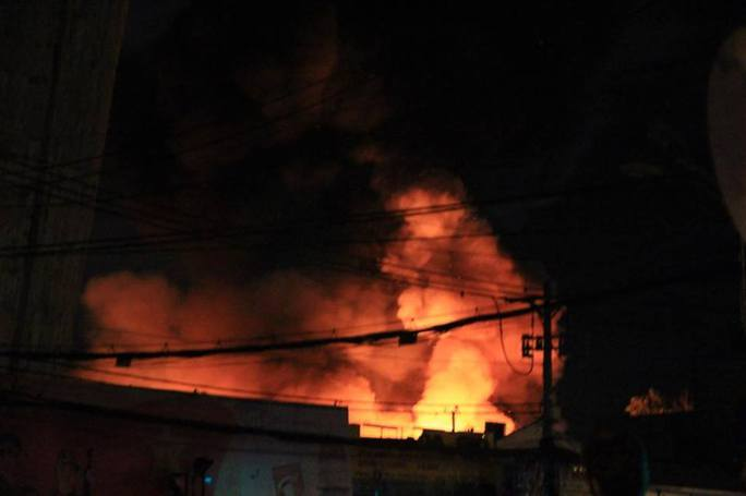 Cháy lớn trên giao lộ Hoàng Diệu- Nguyễn Tất Thành, quận 4 - Ảnh 9.