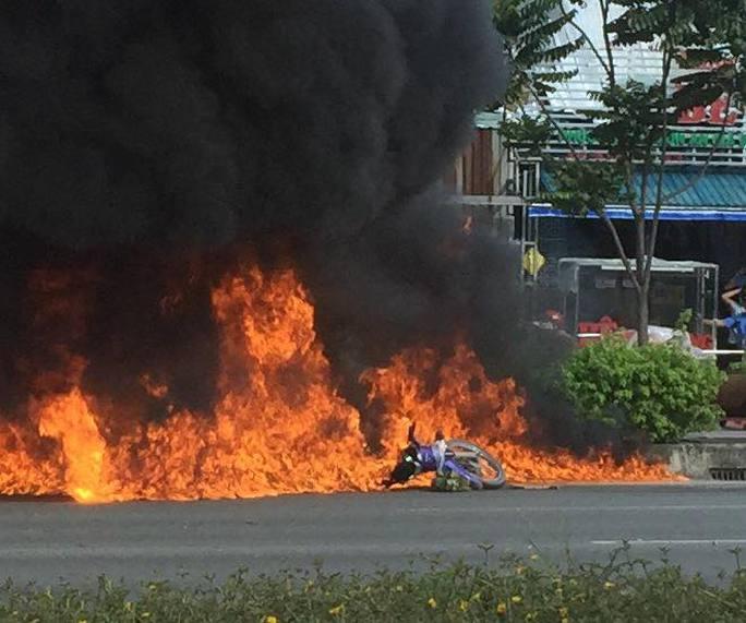 Xe máy cháy ngùn ngụt trên đường đẹp nhất TP HCM - Ảnh 1.
