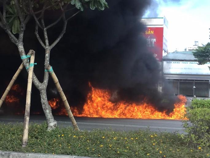 Xe máy cháy ngùn ngụt trên đường đẹp nhất TP HCM - Ảnh 3.