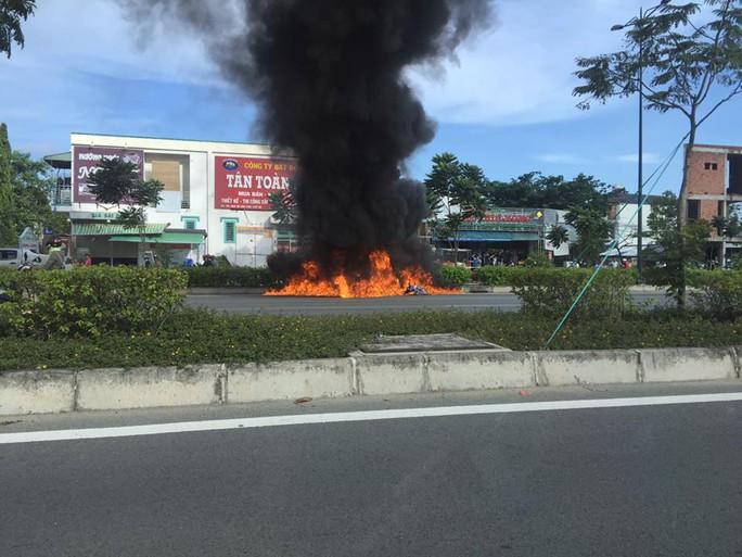 Xe máy cháy ngùn ngụt trên đường đẹp nhất TP HCM - Ảnh 2.
