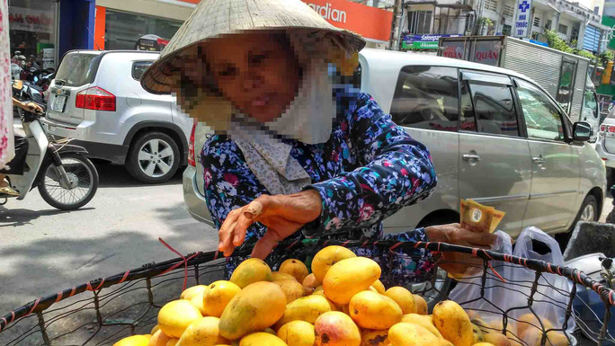 Xoài mút Trung Quốc ngập chợ - Ảnh 1.