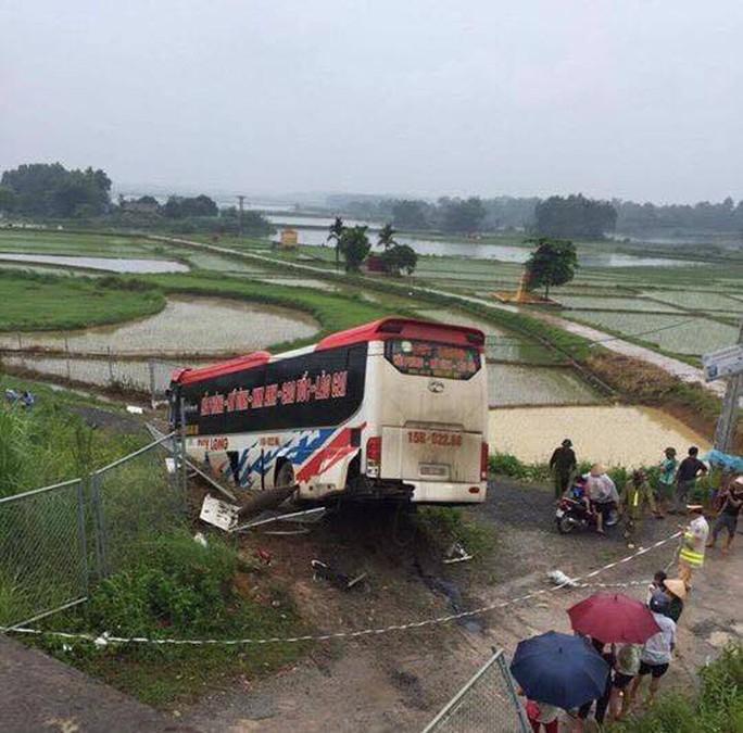 Xe khách lao xuống đường gom, 13 người bị thương - Ảnh 1.