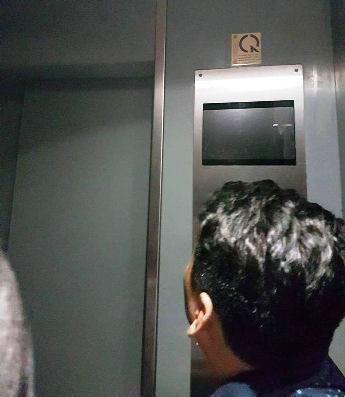 """Hơn 10 người bị """"nhốt"""" trong thang máy cao ốc - Ảnh 1."""