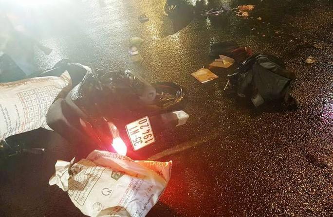 Bị nước bắn lên người, 1 phụ nữ ngã ra đường bị xe tải cán chết - Ảnh 2.