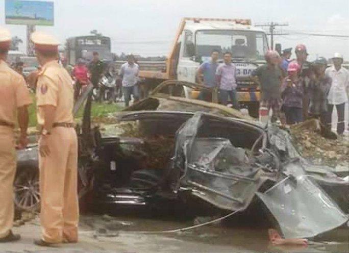 Xe tải lật đè nát ô tô 4 chỗ, tài xế bị đè chết - Ảnh 2.