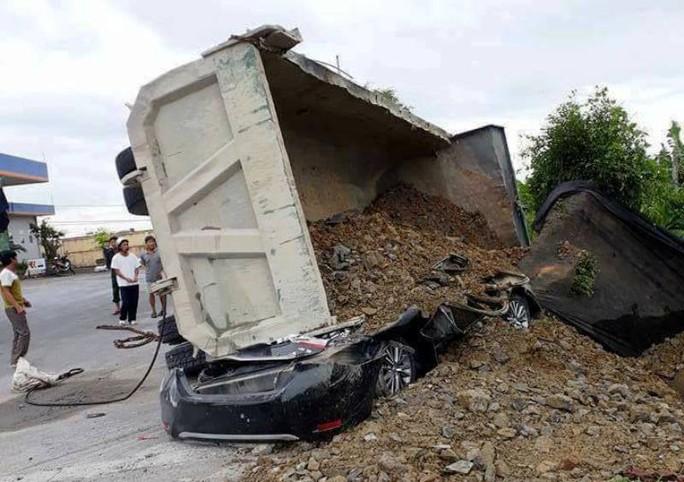 Xe tải lật đè nát ô tô 4 chỗ, tài xế bị đè chết - Ảnh 1.