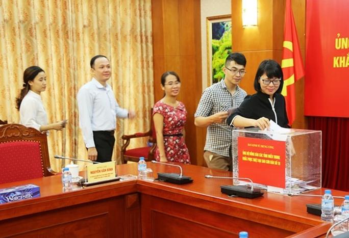 Ban Kinh tế Trung ương ủng hộ đồng bào miền Trung - Ảnh 1.