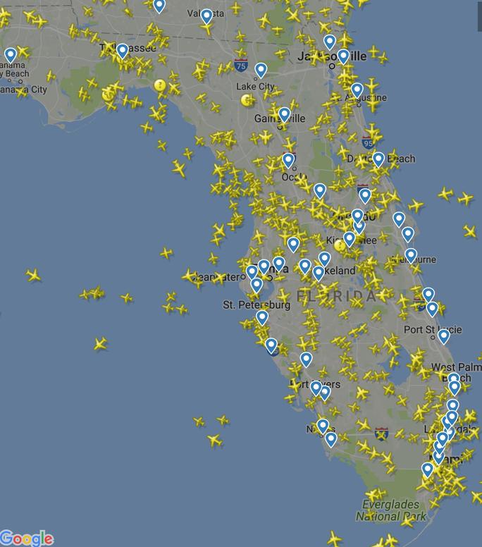 Trốn bão Irma, máy bay gấp rút rời Florida  - Ảnh 1.