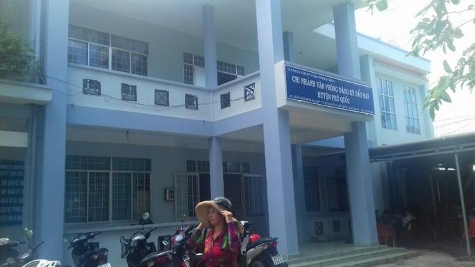 Bắt giám đốc văn phòng đăng ký đất đai huyện Phú Quốc - Ảnh 1.