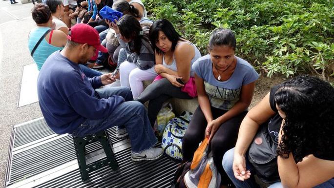 Người dân Venezuela xếp hàng mua thực phẩm, thuốc men và hàng hóa cơ bản tại siêu thị. Ảnh: REUTERS