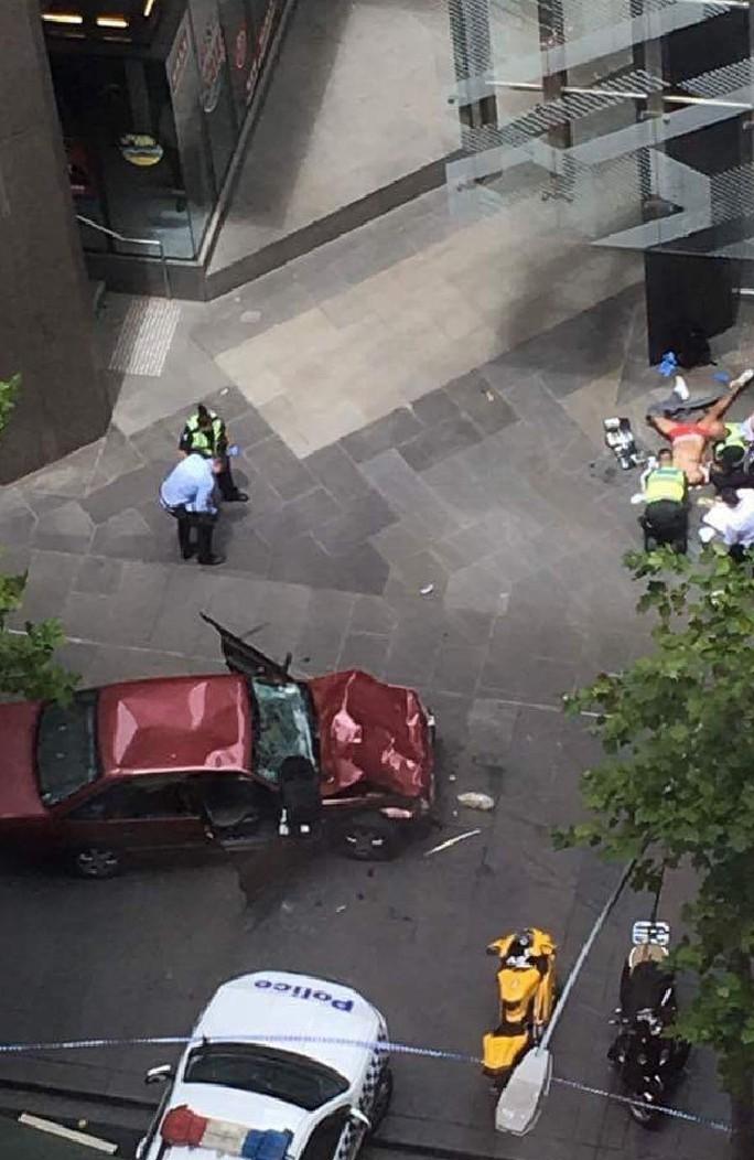 Chiếc xe hơi của nghi phạm bị móp nặng. Ảnh: TWITTER