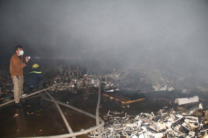 Sau 2 giờ dập lửa đám cháy đã được khống chế nhưng nhiều tài sản đã bị thiêu rụi