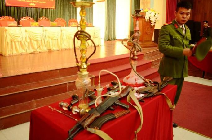 Số súng đạn thu giữ khi khám xét nhà riêng của đối tượng Nguyễn Thị Quyên