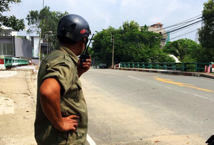 Lực lượng chức năng túc trực tại khu vực xảy ra vụ việc