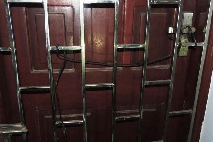 Cửa nhà vợ chồng Oanh, Lĩnh được xây dựng kiên cố và đấu điện vào cửa sắt để đối phó với công an - Ảnh Công an Hà Nam