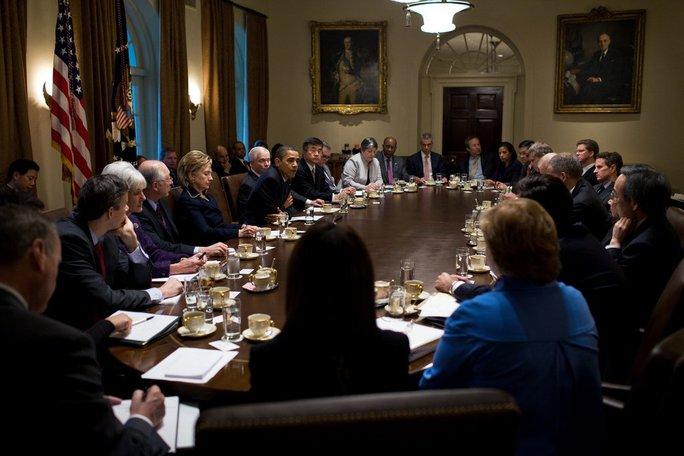 Tổng thống Obama họp với các quan chức tại Phòng Nội các (với đèn sáng) ngày 23-11-2009. Ảnh: THE NEW YORK TIMES