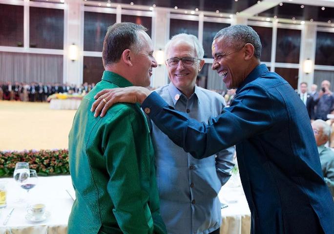 Ông Obama mỉm cười nói chuyện với Thủ tướng Turnbull và cựu Thủ tướng New Zealand John Key. Ảnh: INSTAGRAM