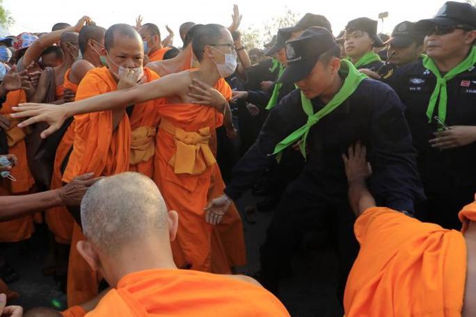 """Thái Lan: Ẩu đả tại ngôi chùa có trụ trì """"rửa tiền"""""""