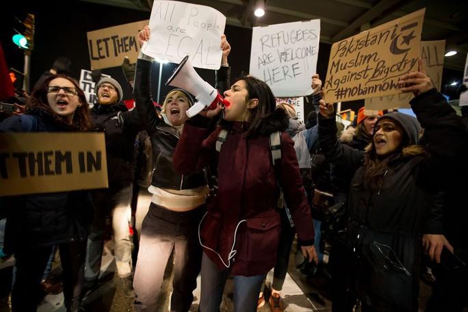 Người dân phản đối sắc lệnh nhập cư của ông Trump ở New York ngày 28-1. Ảnh: BLOOMBERG
