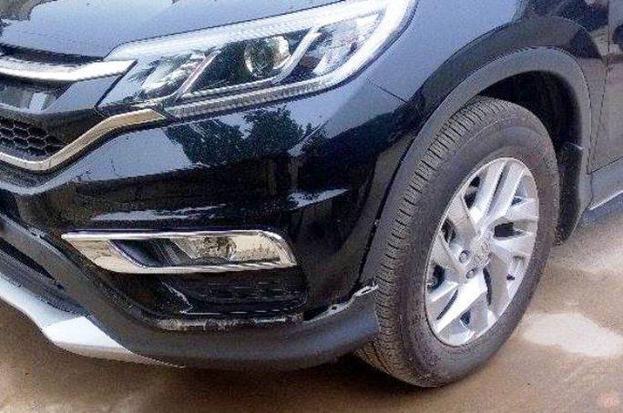 Đầu xe chở nhà báo Văn Thanh bị chiếc Toyota Camry cố tình lùi tông vào gây hư hỏng