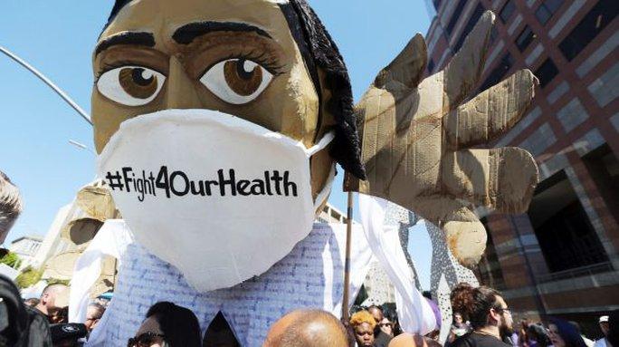 Người biểu tình phản đối ông Trump hủy bỏ Obamacare. Ảnh: AP