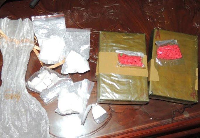 Ngoài 12,5 bánh heroin, công an còn thu giữ hàng ngàn viên ma túy tổng hợp và súng đạn - Ảnh: Công an Hà Nam