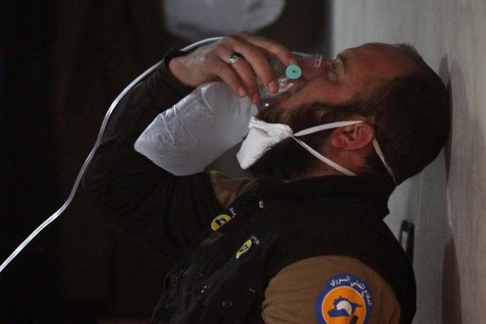 Các nạn nhân gặp triệu chứng ngất, nôn mửa và sùi bọt mép. Ảnh: REUTERS