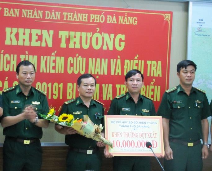 Bộ đội Biên phòng Đà Nẵng cũng khen thưởng cho tổ công tác tìm ra thủ phạm tàu võ sắt tông chìm tàu cá ngư dân
