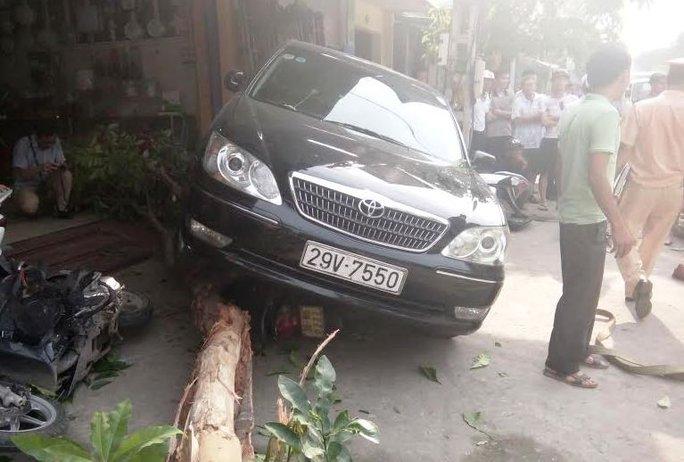 Hiện trường chiếc ô tô lùi húc đổ cây và cuốn cô gái vào gầm xe