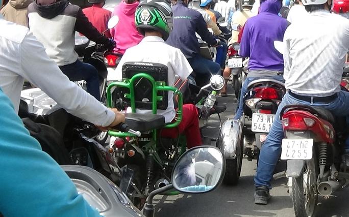 Một người khuyết tật chật vật di chuyển trong đám kẹt xe.