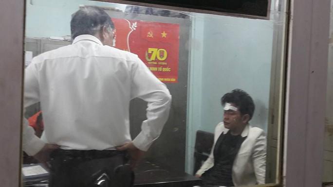 Nam thanh niên điều khiển chiếc xe gây tai nạn liên hoàn được đưa về trụ sở Công an phường Quang Trung - Ảnh: CTV