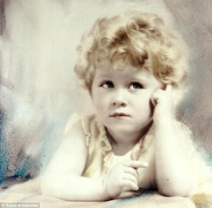 So sánh với Công chúa Elizabeth (hiện là Nữ hoàng Elizabeth II) năm 1928. Ảnh: ROYAL ARMOURIES