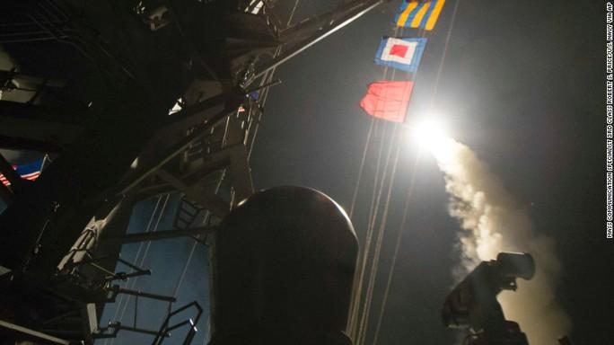 Tên lửa từ 2 khu trục hạm của Mỹ ở Địa Trung Hải dội xuống căn cứ Syria hôm 7-4 (giờ địa phương). Ảnh: AP
