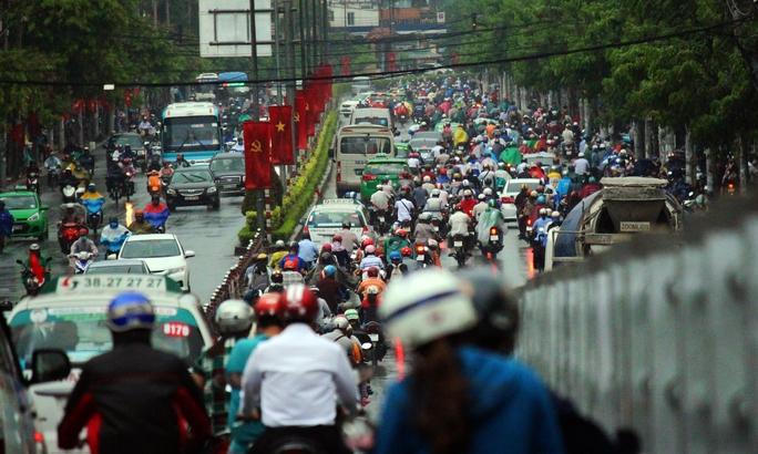 Trong cơn mưa, cầu vượt Hoàng Hoa Thám khá đông đúc phương tiện.