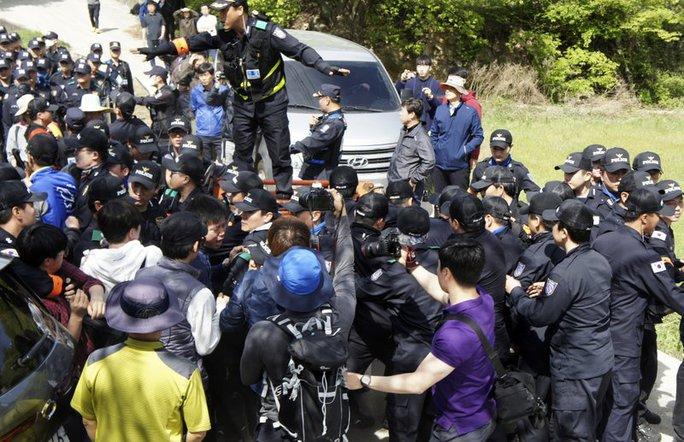 Cư dân Hàn Quốc đụng độ với cảnh sát khi phản đối hệ thống THAAD của Mỹ. Ảnh: AP