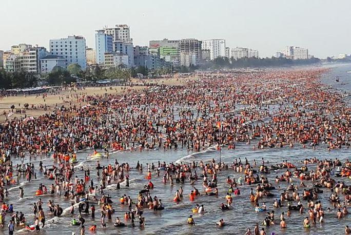Người dân ùn ùn xuống biển, vào rừng trốn nắng nóng - Ảnh 2.
