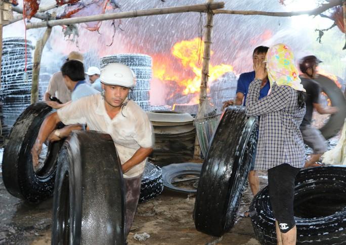 Cháy xưởng lốp xe, hàng trăm người hoảng loạn - Ảnh 2.