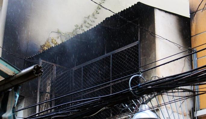 Nhà trong hẻm sâu phát hỏa, cả khu phố náo loạn - Ảnh 1.