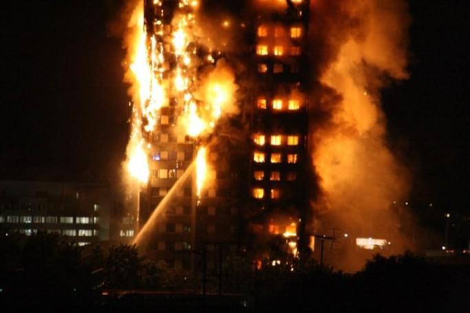 Đám cháy kinh hoàng nuốt chửng tòa nhà 27 tầng ở London - Ảnh 2.