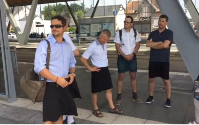 Nắng nóng dễ sợ, nam giới Anh - Pháp... mặc váy  - Ảnh 2.