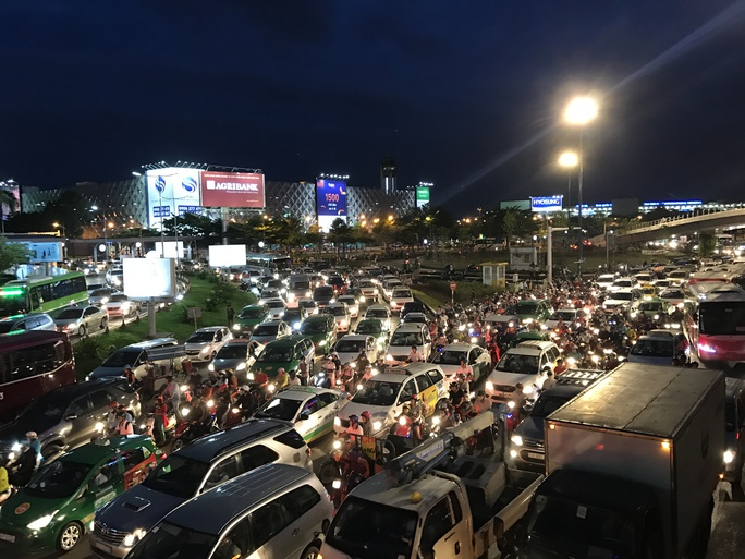 Ngàn người và xe chôn chân quanh sân bay Tân Sơn Nhất - Ảnh 2.