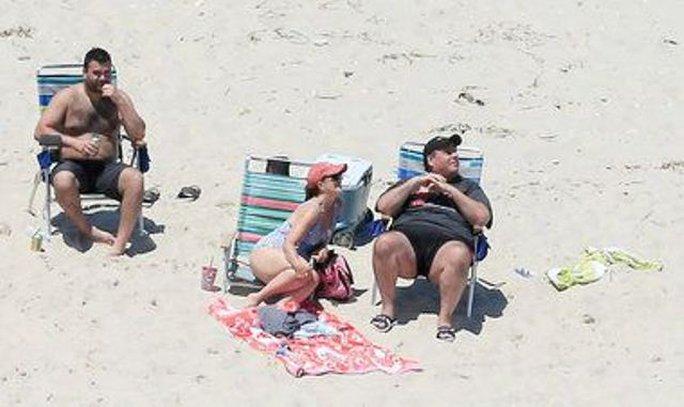 Thống đốc Mỹ và nghịch lý bãi biển bị đóng cửa - Ảnh 1.