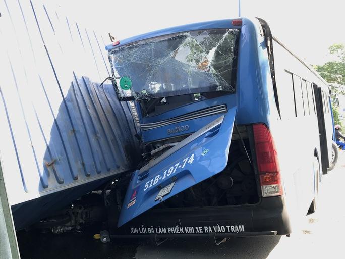 Xe đầu kéo tông văng xe buýt, đè bẹp xe máy ở cầu Sài Gòn - Ảnh 2.